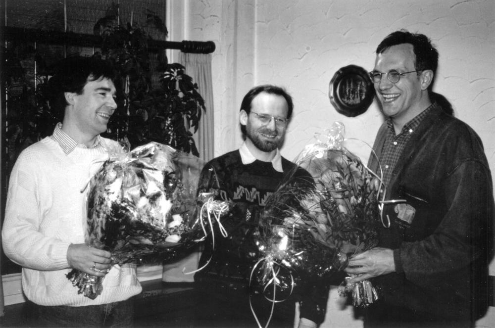 Mitgliederversammlung im Kupferteller: (v.r.) Christian Jung (Vors.) ehrt Dr. Uwe Haverkamp und Peter Waldeck (Februar 1993; Foto: Klare)