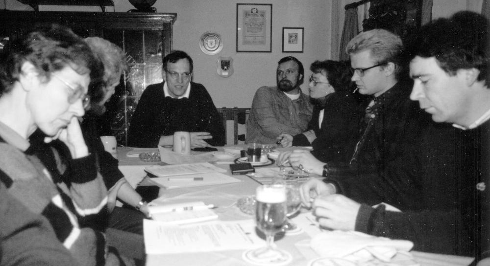 Mitgliederversammlung in der Gaststätte Kupferteller: (v.l.) Dr. Amrei Thränhardt, Hermann Geusendam-Wode, Christian Jung (Vorsitzender), Wolfgang Krause, Dr. Mechthild Hübscher-Krause, Markus Biercher, Peter Waldeck (Februar 1993; Foto: Klare)
