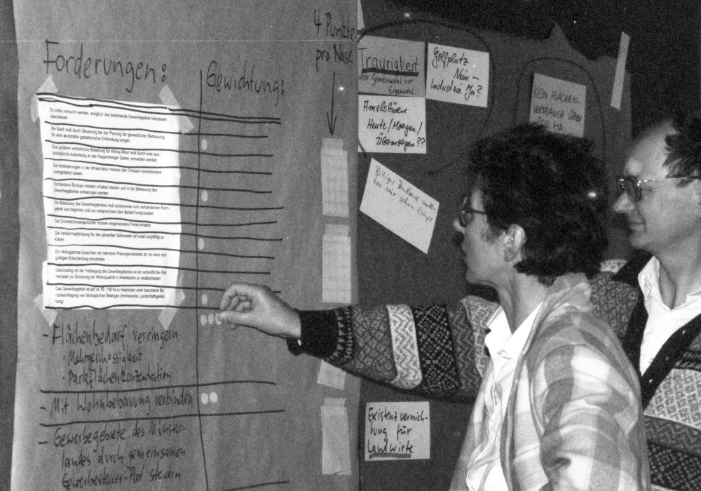 Die SPD Hiltrup diskutiert die Planungen zum Gewerbegebiet Amelsbüren (Dr. Amrei und Dr. Dietrich Thränhardt 1993; Foto: Klare)
