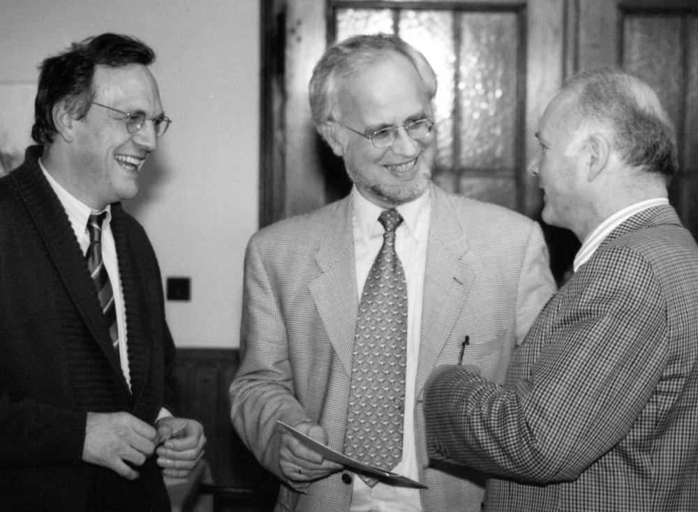 v.l.: Christian Jung (Vorsitzender) und MdB Wolf-Michael Catenhusen ehren Joachim Riedel für 25 Jahre SPD-Mitgliedschaft (12.3.1994 im Haus Bröcker; Foto: Klare)