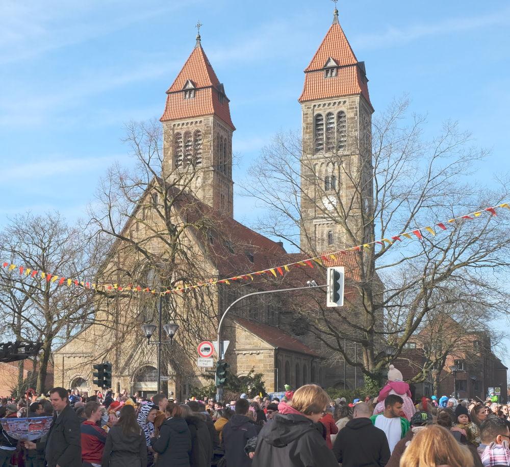 Karnevalsumzug 2019: Gedränge vor St. Clemens (23.2.2019; Foto: Klare)