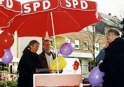 Landtagswahlkampf auf der Hiltruper Marktallee: (v.l.) Brigitte Ammermann, Dieter Langer, Heino Nessau (April 2000; Foto: Klare)