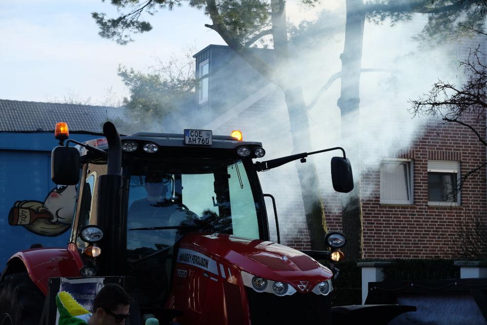 Karnevalsumzug 2019: Hightech-Traktoren und archaischer Dampf (23.2.2019; Foto: Klare)