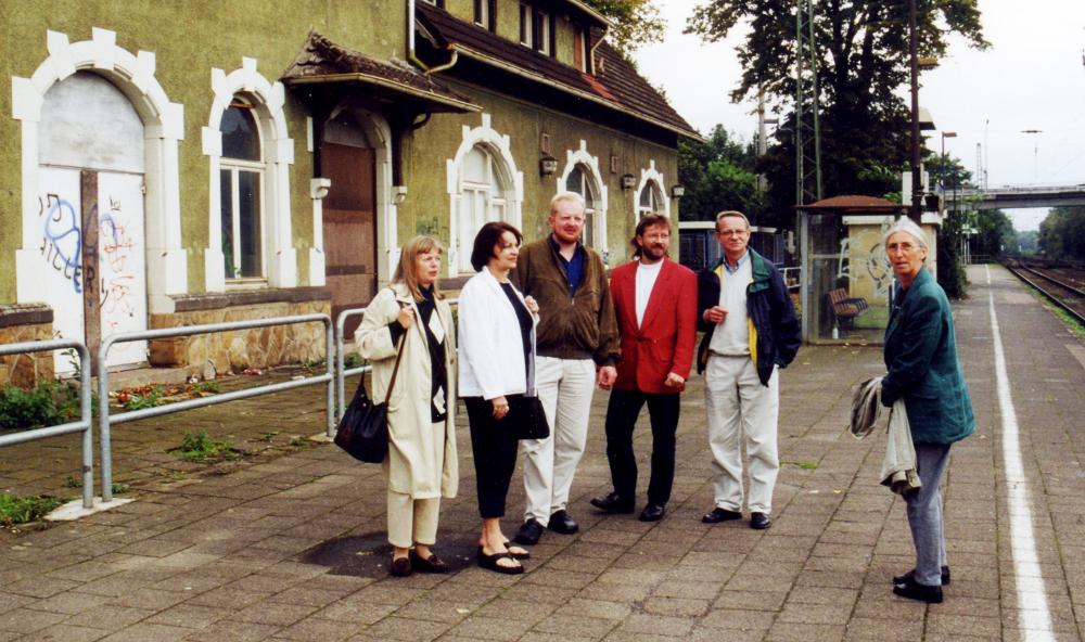 Hiltruper Bahnhof: Ortstermin der SPD-BV-Fraktion, v.l. Sabine Schneider, Ute Summ, Hermann Geusendam-Wode, Ralf Hubert, Dieter Langer, Brigitte Ammermann (Sept. 2000; Foto: Klare)