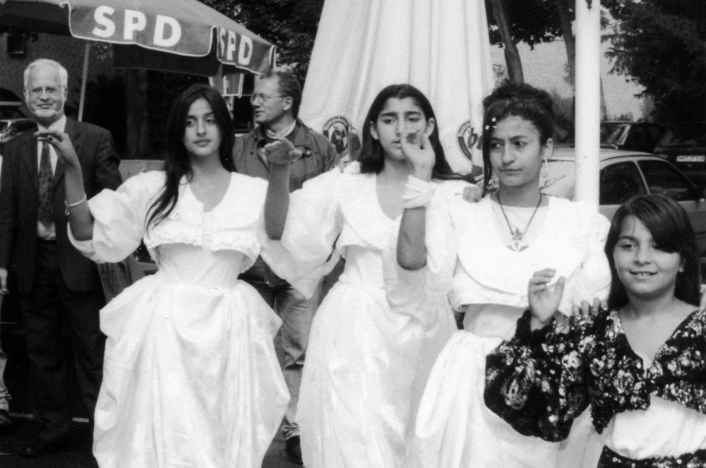 Sommerfest der SPD Hiltrup: Roma-Tanzgruppe der AWO, im Hintergrund v.l.: Staatssekretär Catenhusen, Vorsitzender Knebelkamp (8.9.2001)