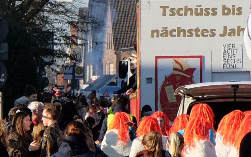 Karnevalsumzug 2019: Tschüss bis nächstes Jahr (23.2.2019; Foto: Klare)