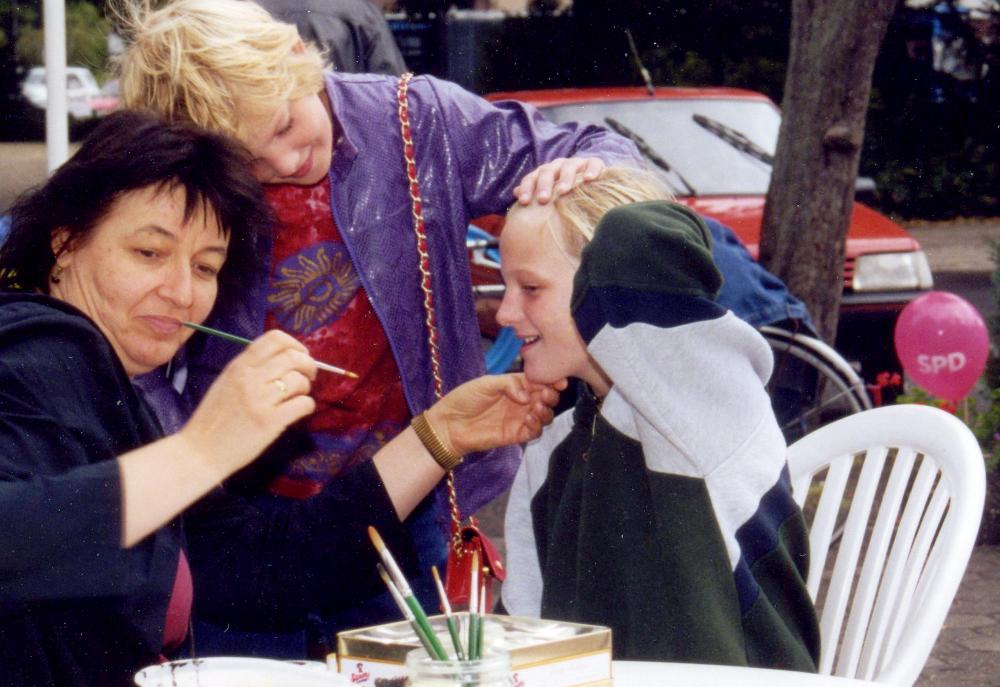 SPD-Sommerfest an der Marktallee / Haus Bröcker: Sigrid Liebe schminkt die Kinder (8.9.2001)