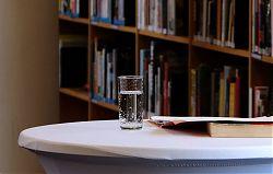 Wasser für die Vortragenden: Gabriel Garcia Márquez am 13.3.2019 in der Stadtbücherei (Foto: Klare)