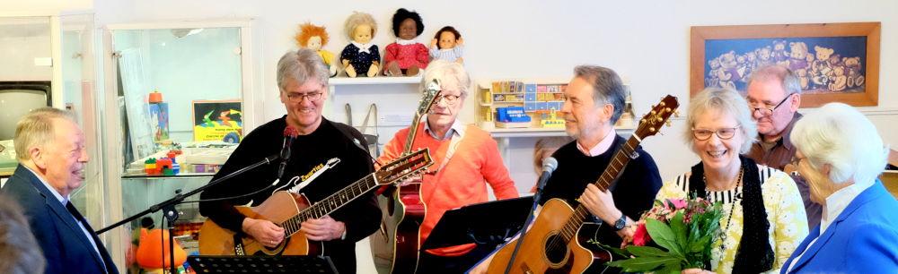 Hans und Rita Muschinski (außen) mit den Zwarties und einer Vertreterin von Zwar (17.3.2019; Foto: Klare)