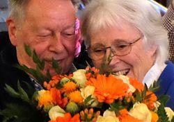 Ausstellungsmacherin Rita Muschinski bei der Eröffnung: Blumen vom Museumsleiter, ihrem Mann Hans Muschinski (17.3.2019; Foto: Klare)
