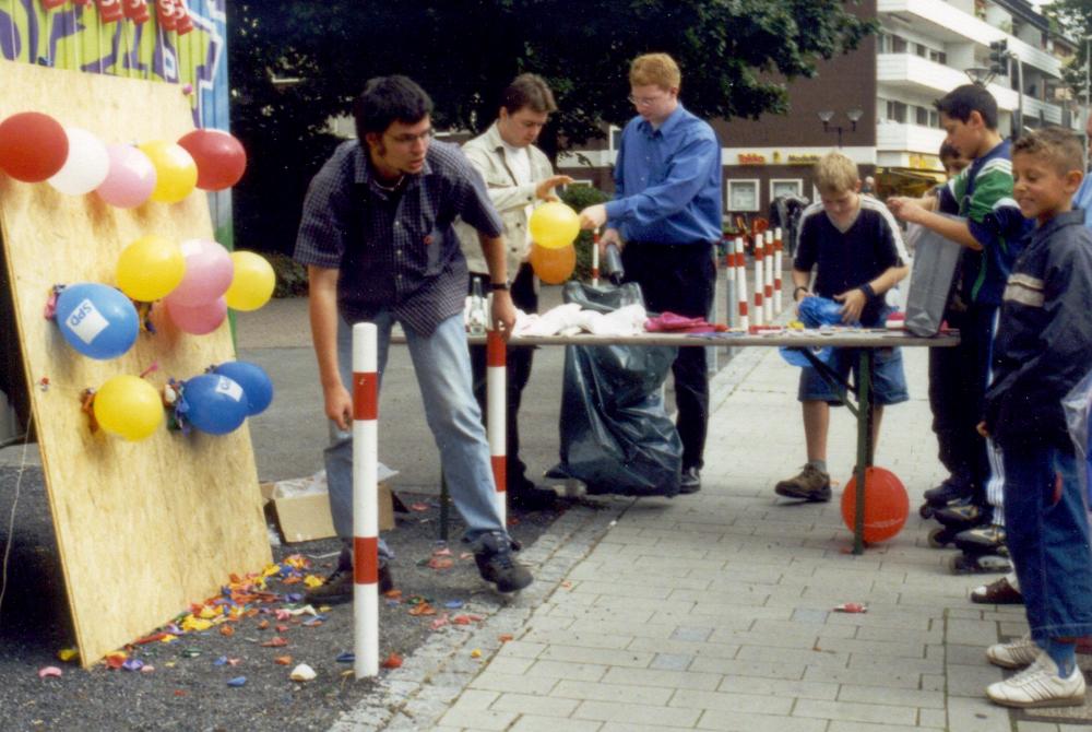 Sommerfest der SPD Hiltrup an der Marktallee / Haus Bröcker mit Pfeilwerfen für Kinder  (7.9.2002)