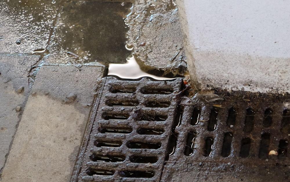 Vom Treppenaufgang zu Gleis 2 kann das Wasser nicht weg (24.3.2019; Foto: Klare)