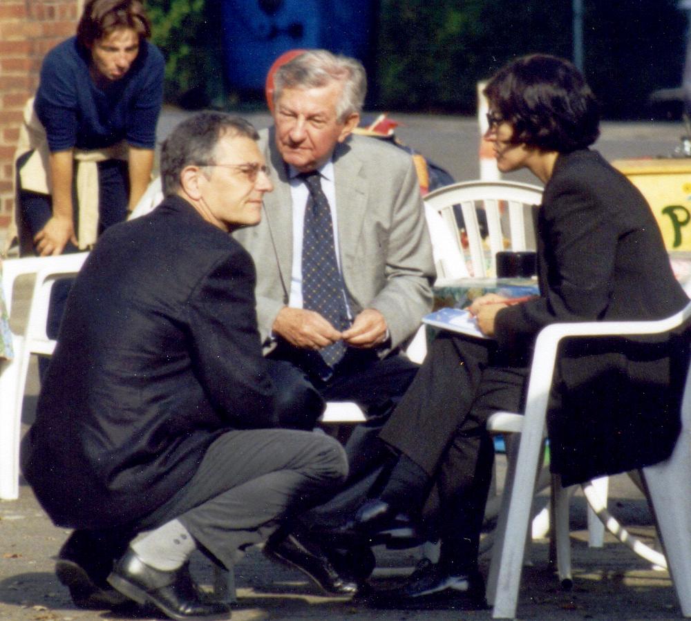 Sommerfest der SPD Hiltrup an der Marktallee / Haus Bröcker mit Christoph Strässer (knieend) und Bürgermeister Fritz Krüger (7.9.2002)