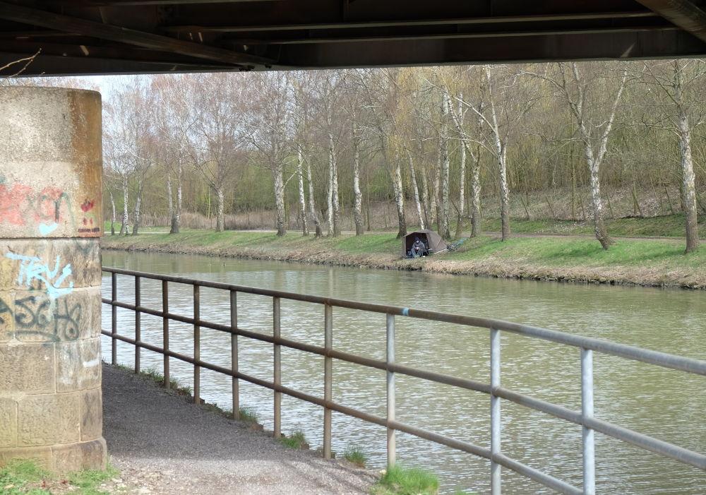 Grafitti und Angler-Idylle (24.3.2019; Foto: Klare)