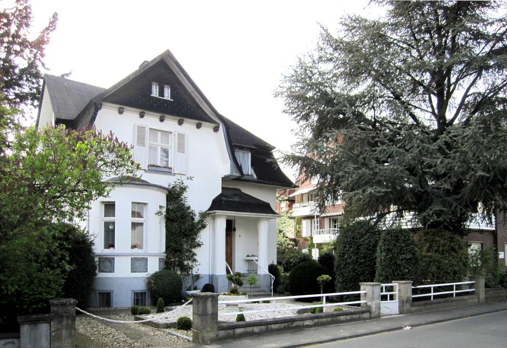 Die mächtige Zeder vor dem Haus Am Klosterwald 2 ist schon vor Jahren gefällt und nicht ersetzt worden (17.4.2011; Foto: Klare)