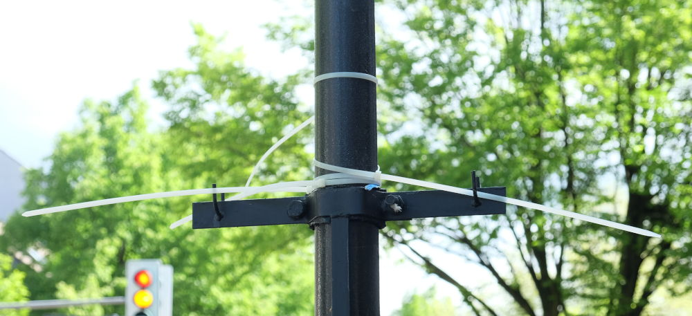 Kabelbinder am Laternenpfahl: Hier hing einmal ein Plakat (4.5.2019; Foto: Klare)