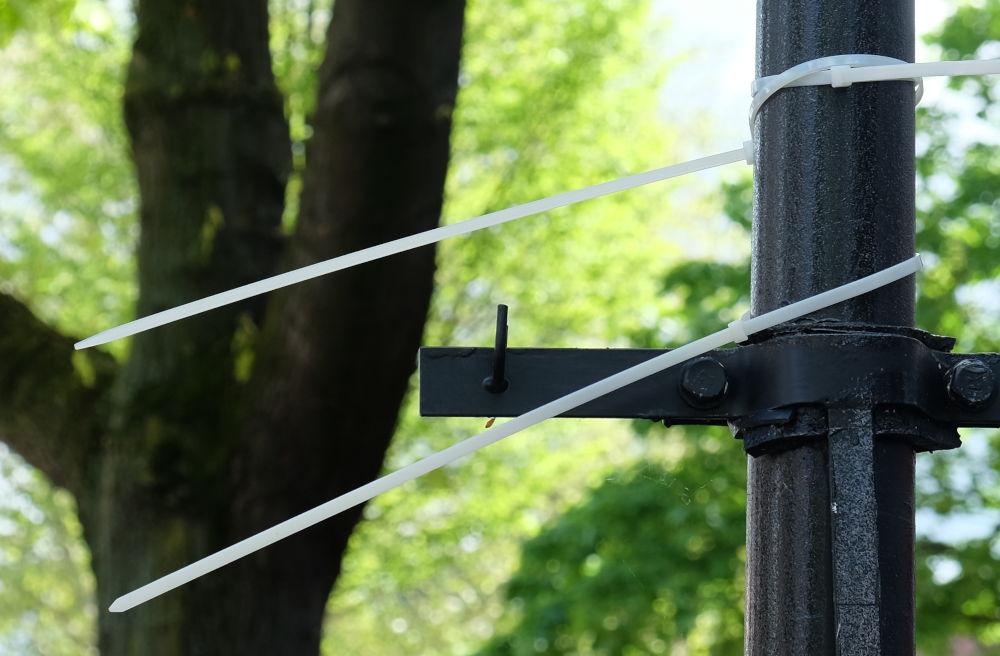 Kabelbinder am Laternenpfahl: Auch hier hing einmal ein Plakat (4.5.2019; Foto: Klare)