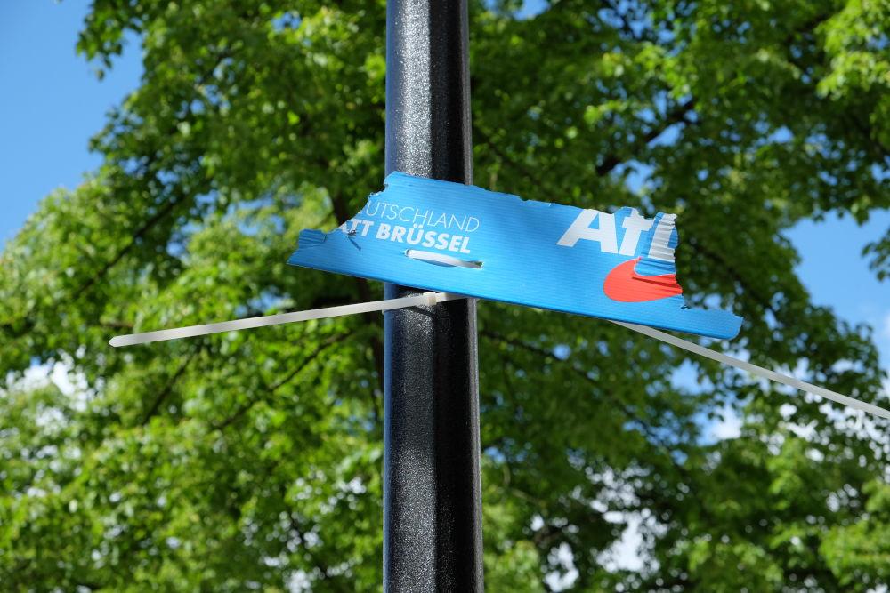 Reste eines Wahlplakats der AfD auf der Marktallee (4.5.2019; Foto: Klare)