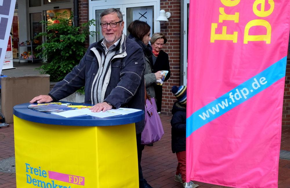 Ulrich Eckervogt hält die Fahne am Stand der FDP hoch (4.5.2019; Foto: Klare)
