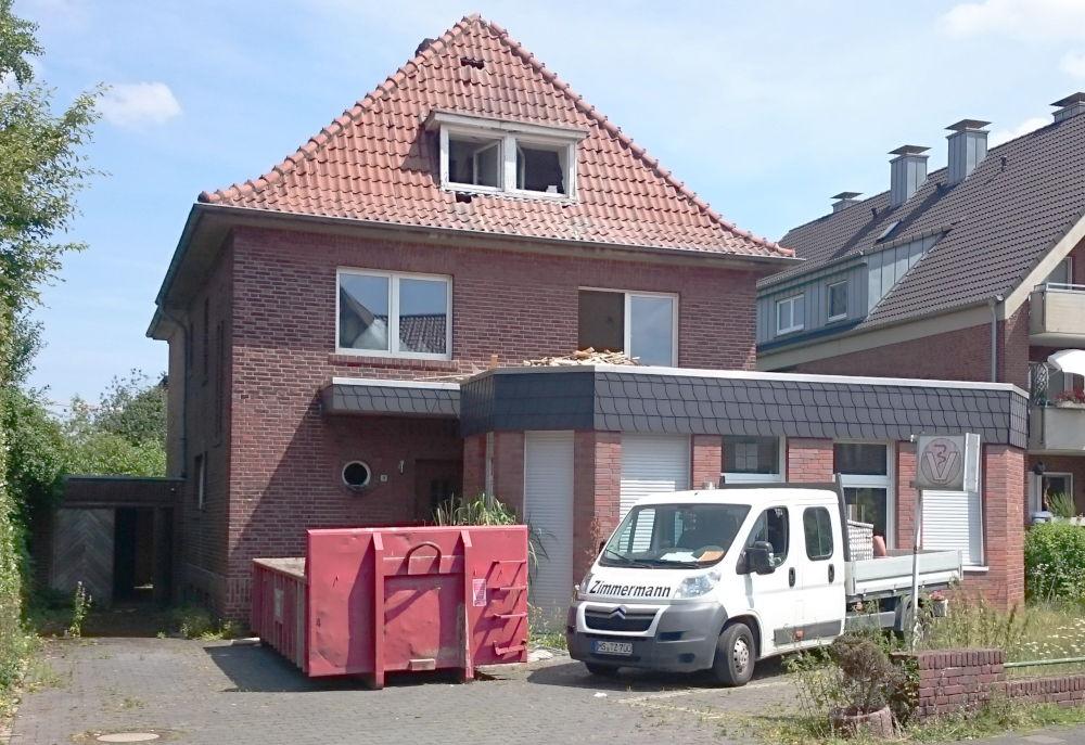 Der Abriss beginnt: Das alte Haus Am Klosterwald 9 ist bald Vergangenheit (26.6.2019; Foto: Klare)
