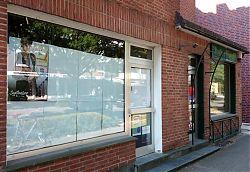 """Das Schild """"Salon Heßling"""" ist schon abmontiert, nebenan ist das Schild """"Annette's Weinkeller"""" auch nur noch Fassade (26.6.2019; Foto: Klare)"""