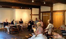 Der VorLeseClub zu Gast im Speicher von Haus Heidhorn (28.6.2019; Foto: Klare)