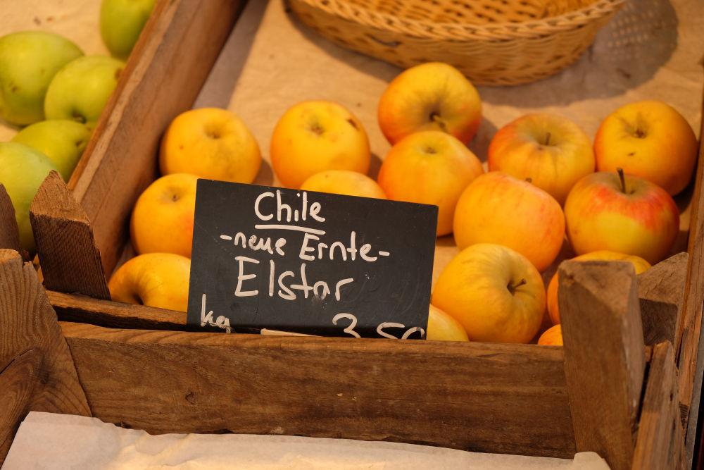 """""""Neue Ernte"""" mit alten Äpfeln auf dem Hiltruper Markt (19.7.2019; Foto: Klare)"""