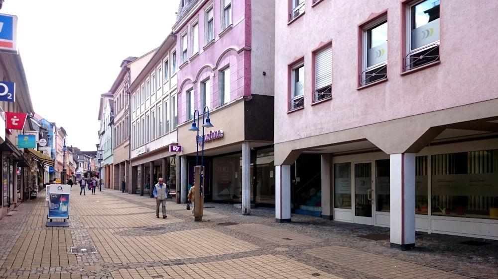 Obersteins Hauptstraße: Ausgeweidete Häuser, ödes Betonpflaster (10.9.2019; Foto: Klare)