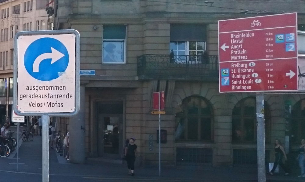 """Freie Fahrt für Fahrräder: """"Ausgenommen Velos / Mofas"""" (Basel, 6.7.2019; Foto: Klare)"""