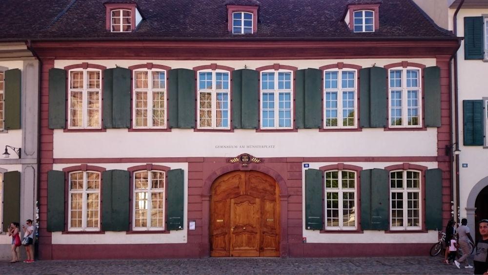 Gymnasium am Münsterplatz (Basel, 6.7.2019; Foto: Klare)