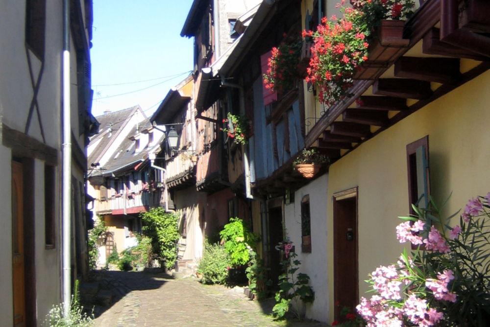 Gasse in Eguisheim (9.7.2019; Foto: Klare)