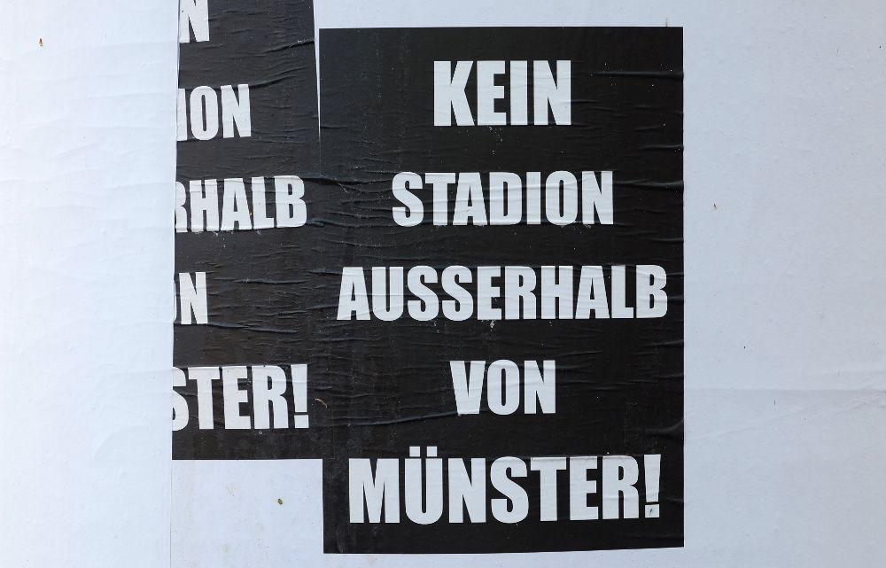 Wildes Plakatieren an der Hiltruper Marktallee gegen Planungen eines neuen Preußen-Stadions außerhalb von Münster (17.4.2017; Foto: Klare)
