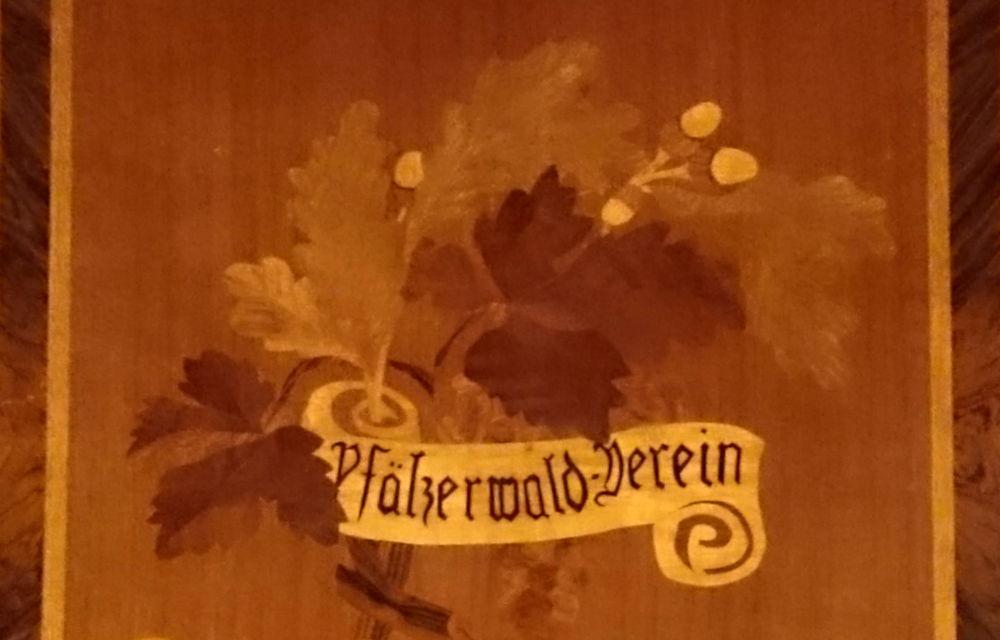Wappen des Pfälzerwald-Vereins (Germersheim, 13.7.2019; Foto: Klare)