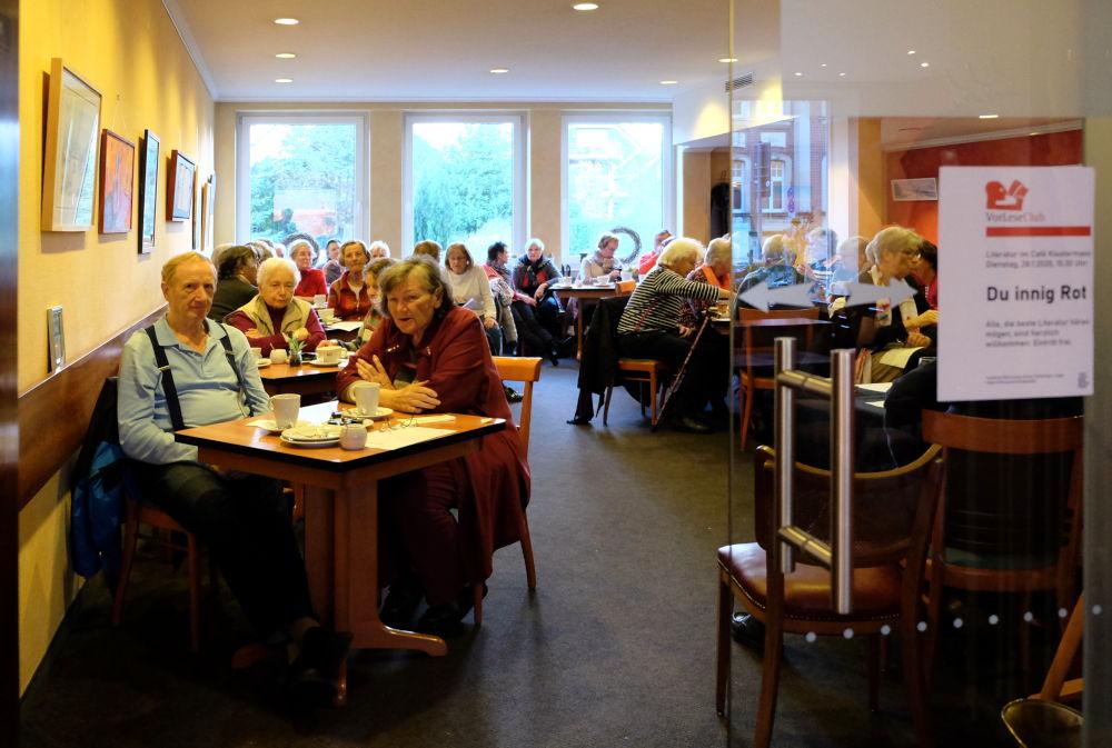 Schon frühzeitig waren die Plätze besetzt: VorLeseClub Hiltrup im Café Klostermann (28.1.2020; Foto: Klare)