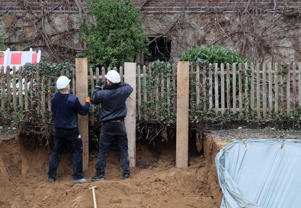 Das Nachbargrundstück rutscht in die Baugrube: Mangelhafte Sicherung der Baugrube Am Klosterwald 9 (14.2.2020; Foto: Klare)