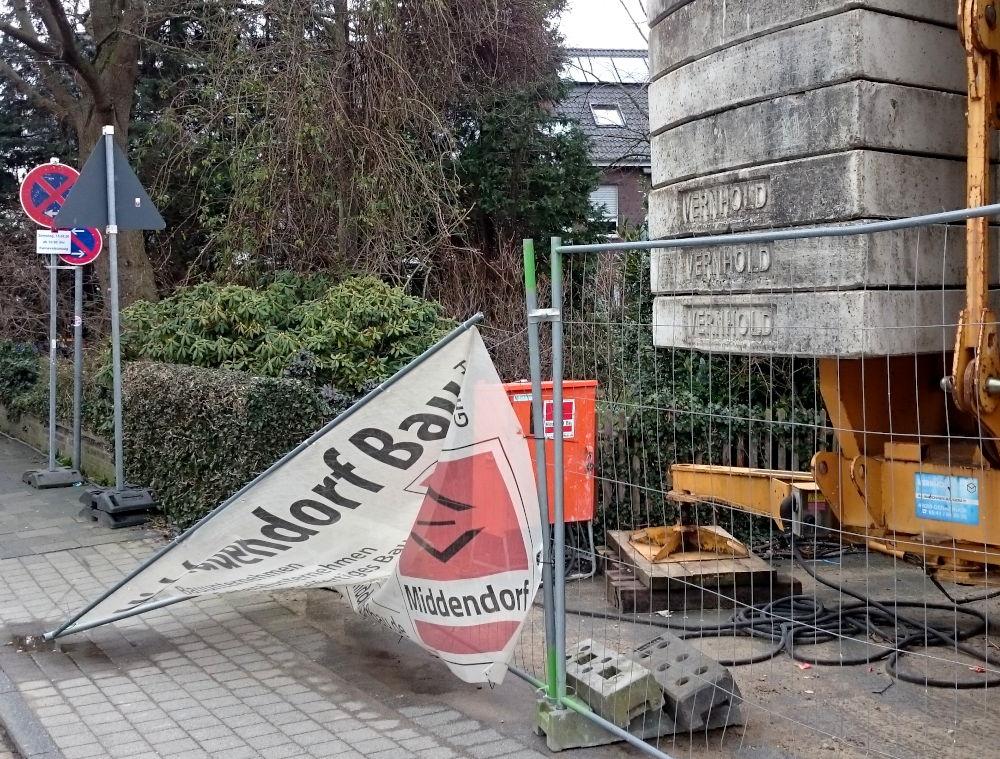 Bauzaun vor Nr. 9 Am Klosterwald: Gegen Wind schlecht gesichert (16.2.2020; Foto: Klare)