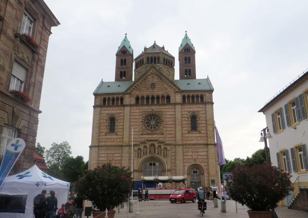 Die monumentale Westfassade des Speyerer Doms (14.7.2019; Foto: Meyerbröker)