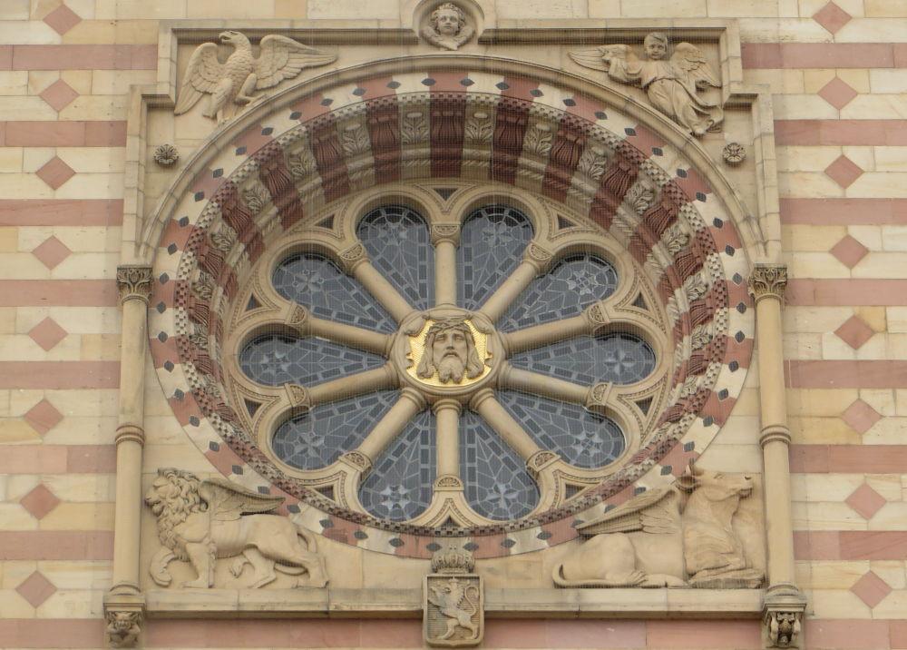 Rosette im Westgiebel des Doms (Speyer, 14.7.2019; Foto: Meyerbröker)