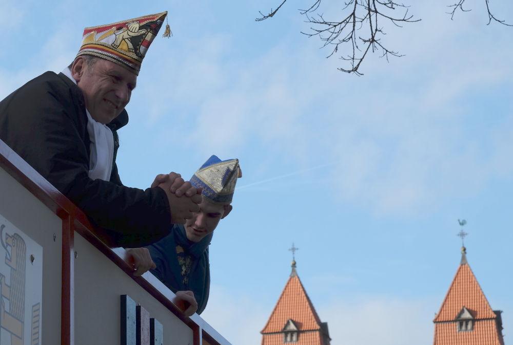Wer hat die schönste Mütze: St. Clemens oder die Narren? (15.2.2020; Foto: Klare)