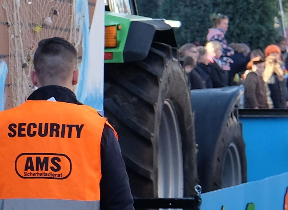 Riesentraktoren und Security (15.2.2020; Foto: Klare)