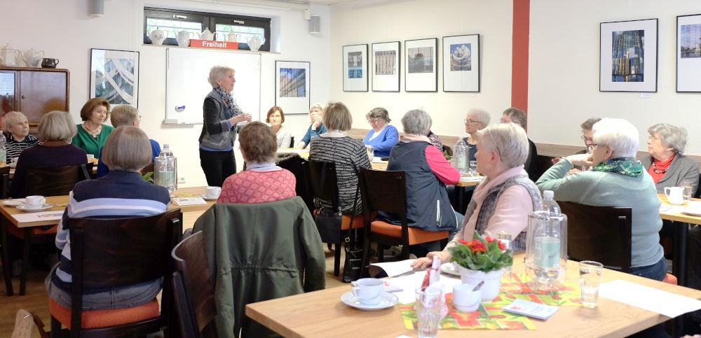 Marlene Benter-Camen begüßt den VorLeseClub im AWO-Treff Wolbeck (5.3.2020; Foto: Klare)