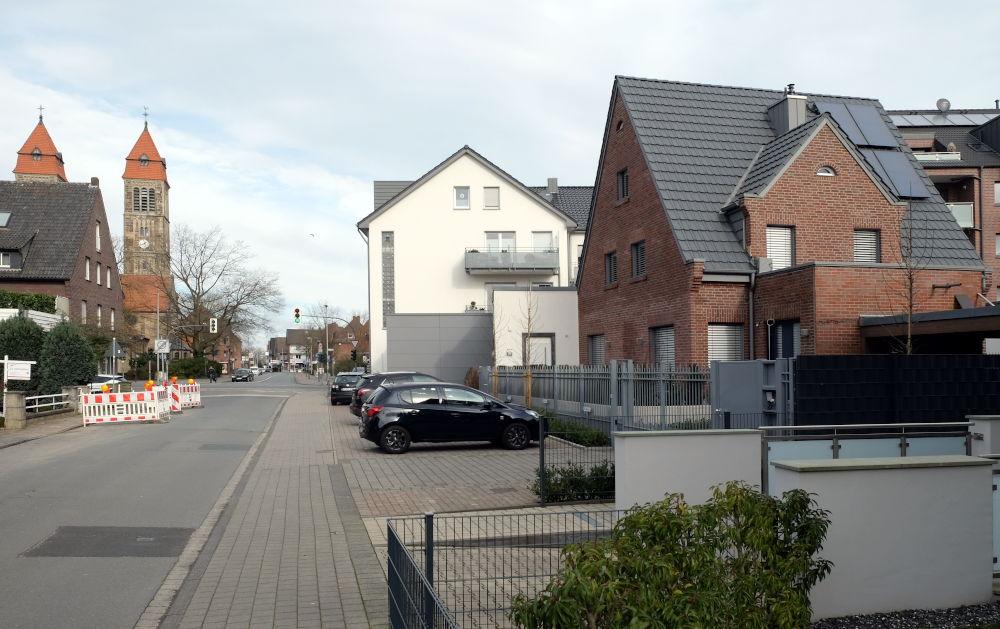 Am Klosterwald 1, das Klinkerhäuschen auf der rechten Seite, nach der Renovierung. In der Bildmitte der helle Giebel des Textilhauses Grosche, im Vordergrund die Tiefgarageneinfahrt des Nachbarhauses (8.3.2020; Foto: Klare)
