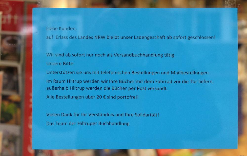 """Die Buchhandlung appelliert: """"Liebe Kunden …"""" (20.3.2020; Foto: Klare)"""