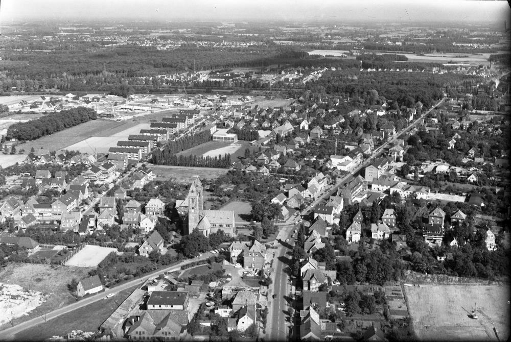 Luftbild der Hiltruper Marktallee um 1960 (vorn rechts die Baustelle der Realschule, im Hintergrund die Marienkirche in Hiltrup-Ost)