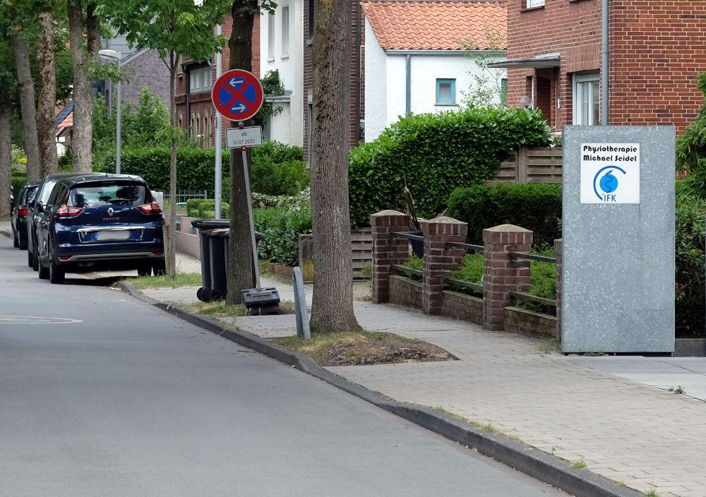 Physiotherapie-Praxis an der Max-Winkelmann-Straße: Parkverbot für Gehbehinderte? (29.6.2020; Foto: Klare)