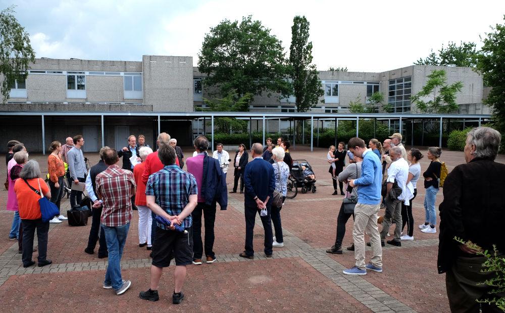 Gut besuchte Bürgerversammlung auf dem Schulhof der Realschule (2.7.2020; Foto: Klare)