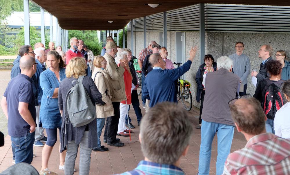 Der Regenschauer konnte die engagierte Diskussion nicht stoppen (2.7.2020; Foto: Klare)