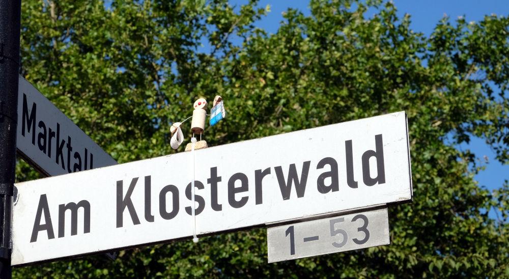 Was trägt das Korkmännchen in den Klosterwald? (6.8.2020; Foto: Klare)