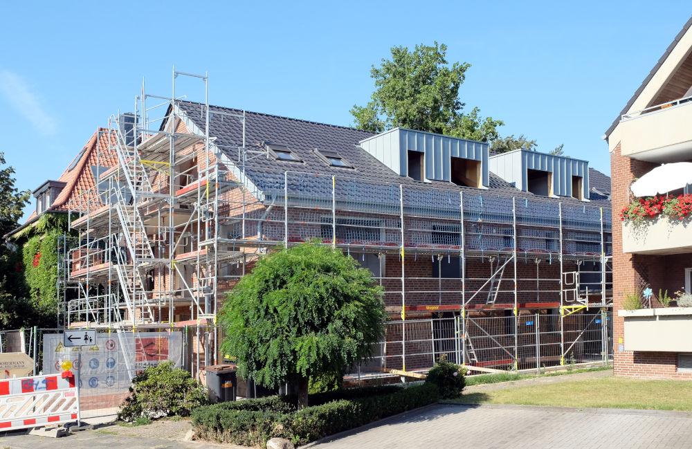 Am Klosterwald 9: Klinkerfarbe und Dacheindeckung des Neubaus harmonieren mit der Umgebung (6.8.2020; Foto: Klare)