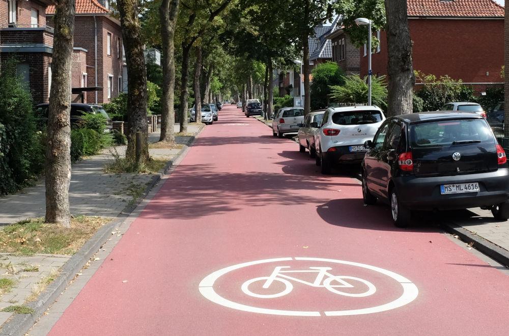 Die Max-Winkelmann-Straße: Rote Farbe und viele Fragen (13.8.2020; Foto: Klare)